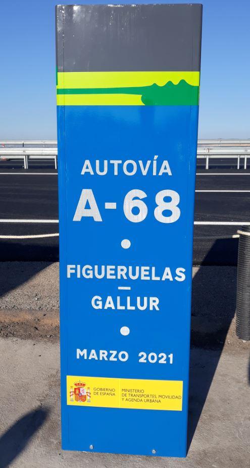 Monolito de la A-68 destapado durante la inauguración