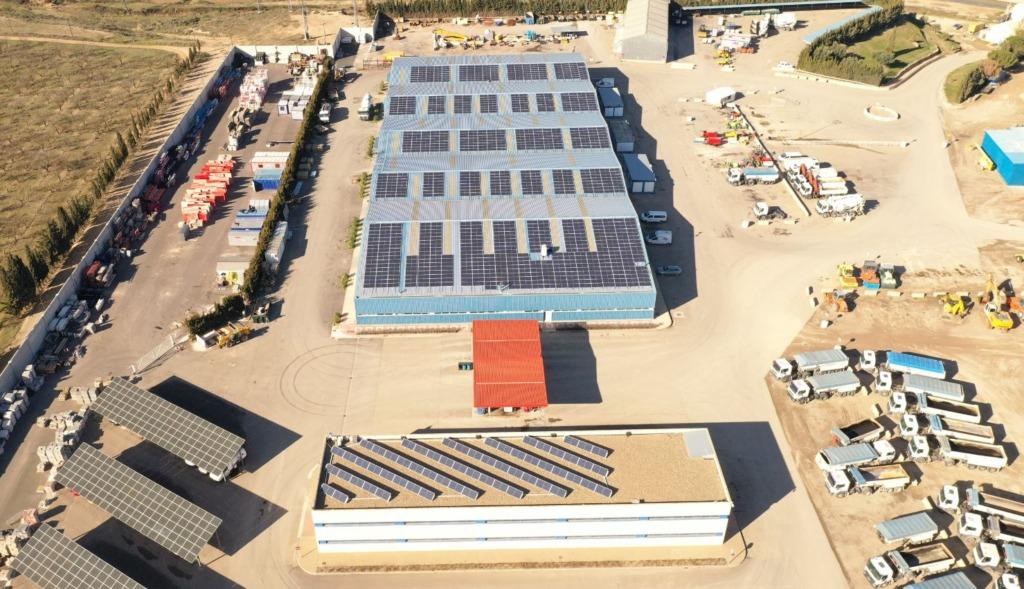 Vista aérea nueva instalación fotovoltaica de autoconsumo. Centro de Producción. Bárboles (Zaragoza)